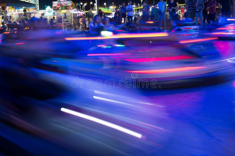 Zamyka W górę Zamazanych Rekordowych samochodów Biega w nocy w Luna parku w południe Włochy obrazy stock