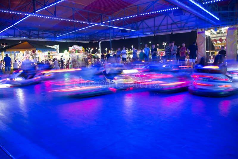 Zamyka W górę Zamazanych Rekordowych samochodów Biega w nocy w Luna parku w południe Włochy obrazy royalty free
