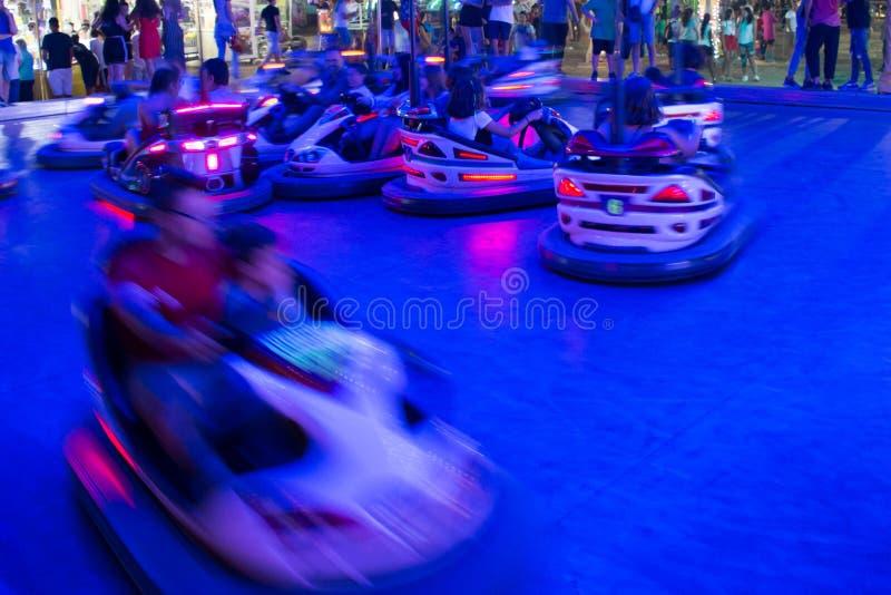 Zamyka W górę Zamazanych Rekordowych samochodów Biega w nocy w Luna parku w południe Włochy zdjęcie stock