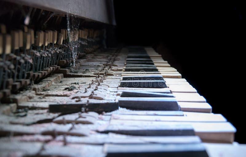Zamyka w g?r? zaniechanej ?amaj?cej fortepianowej klawiatury obrazy stock