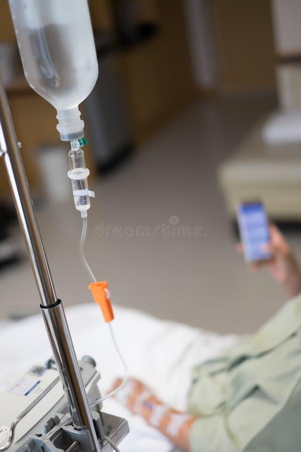 Zamyka w górę zasolonego kapinosa dla pacjenta w sala szpitalnej zdjęcia royalty free