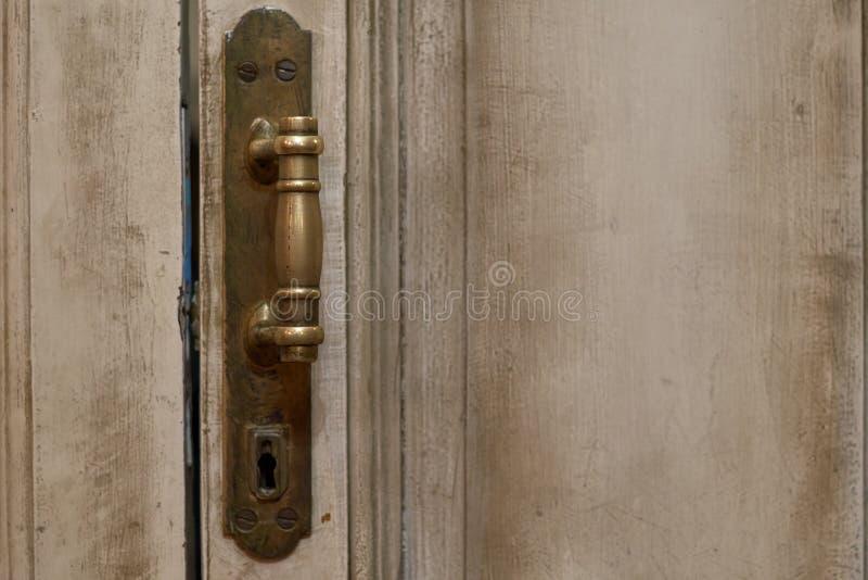 Zamyka w górę zewnętrznego widoku antyczny drewniany garażu drzwi Kruszcowi elementy, rękojeść i keyhole, są widoczni Biel i siwi obrazy royalty free