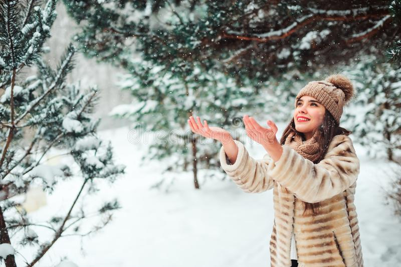 zamyka w górę zima portreta uśmiechnięty młodej kobiety odprowadzenie w śnieżnym lesie obraz stock