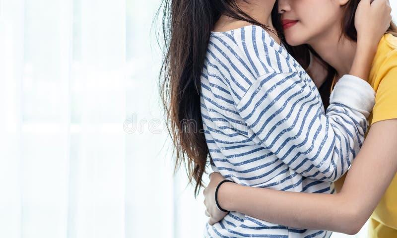 Zamyka w g?r? dwa Azjatyckich Lesbijskich kobiet patrzeje wp?lnie w sypialni Par ludzie i pi?kna poj?cie Szczęśliwi styl życia i  zdjęcia stock