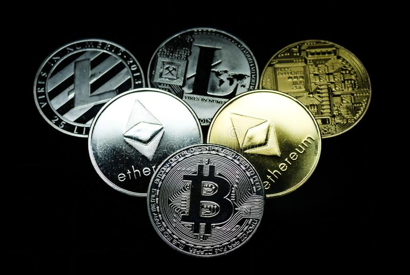 Zamyka w g?r? kolekcji srebro i z?ociste crypto monety zdjęcia royalty free