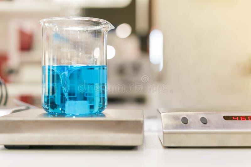 Zamyka w g?r? pi?knego vortex chemii b??kitnego kolorowego ciecza w zlewki laboranckiej kolbie na magnesowej kociuby lub melan?er fotografia royalty free