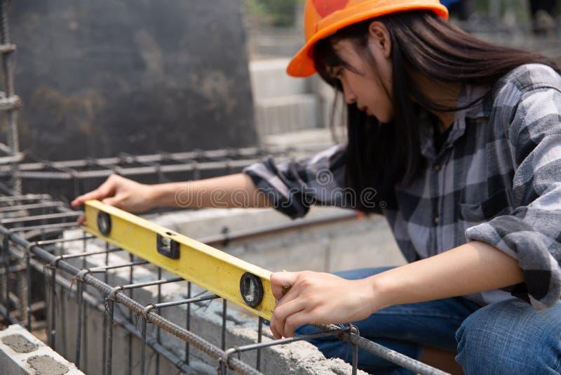 Zamyka w g?r? pracownika budowlanego w budowie obraz stock