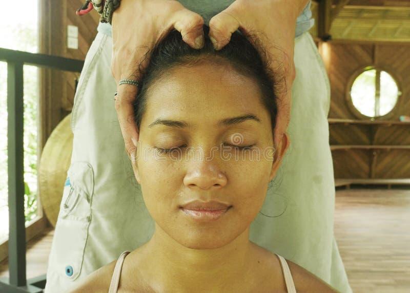 Zamyka w g?r? twarz portreta m?oda wspania?a i zrelaksowana Azjatycka Indonezyjska kobieta otrzymywa tradycyjnego twarzowego Tajl obraz royalty free