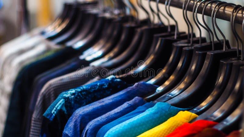 Zamyka w g?r? ubrania zrozumienia na ubrania stojaku obraz royalty free