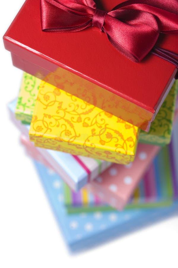 zamykają kolorowego pudełka prezent wypiętrzają się obraz stock