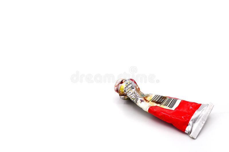 Zamykająca wysuszona gniosąca używać czerwona nafcianego koloru tubka dla malować na białym tle oryginalna unikalna nafciana tubk obraz stock