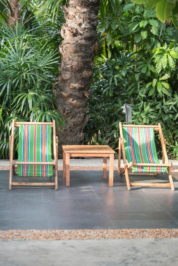 Zamykający w górę deckchairs w ogródzie zdjęcie royalty free