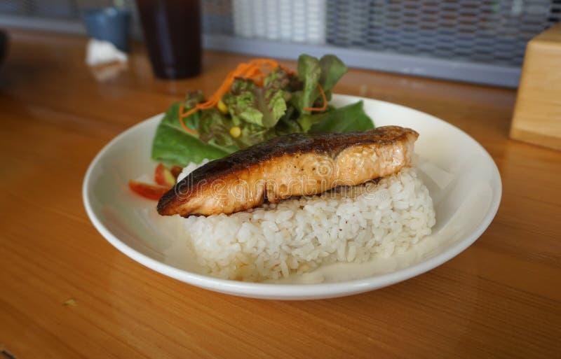 Zamykający w górę Piec na grillu łososia z teriyaki kumberlandem na Japońskiej ryżowej porcji z świeżą sałatką obraz stock