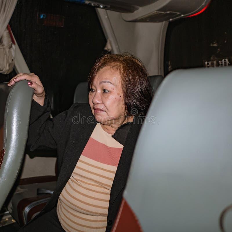 Zamykanie portretu Fotografia starszych kobiet-asystentki w autobusie w China w Changsha fotografia stock