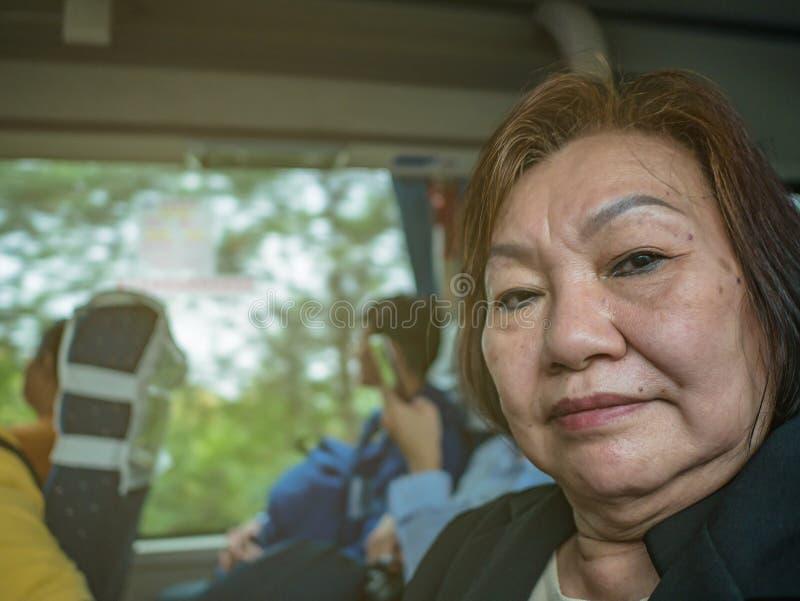 Zamykanie portretu Fotografia starszych kobiet-asystentki w autobusie w China w Changsha zdjęcia royalty free