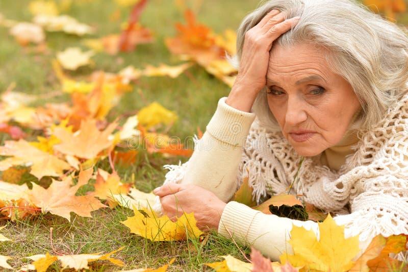 Zamykanie portretu pięknej starszej kobiety na zamazanym tle jesiennym fotografia stock