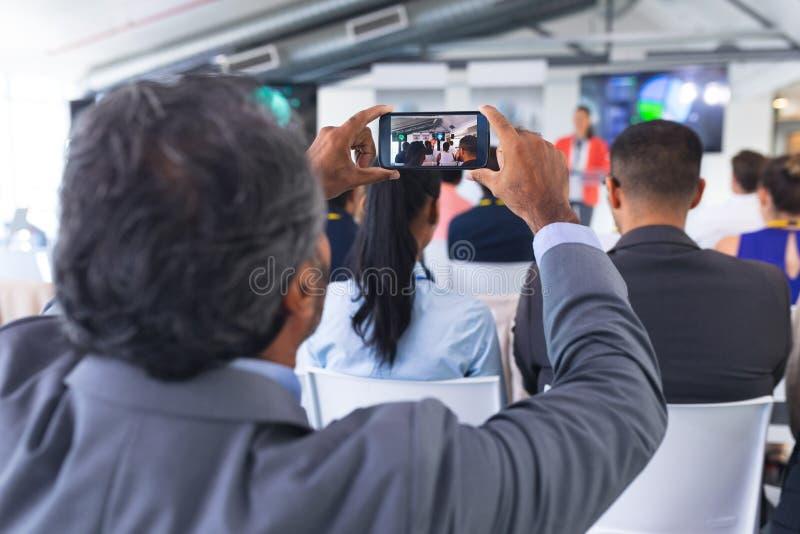 Zamykanie seminarium biznesowego z telefonem komórkowym obraz stock