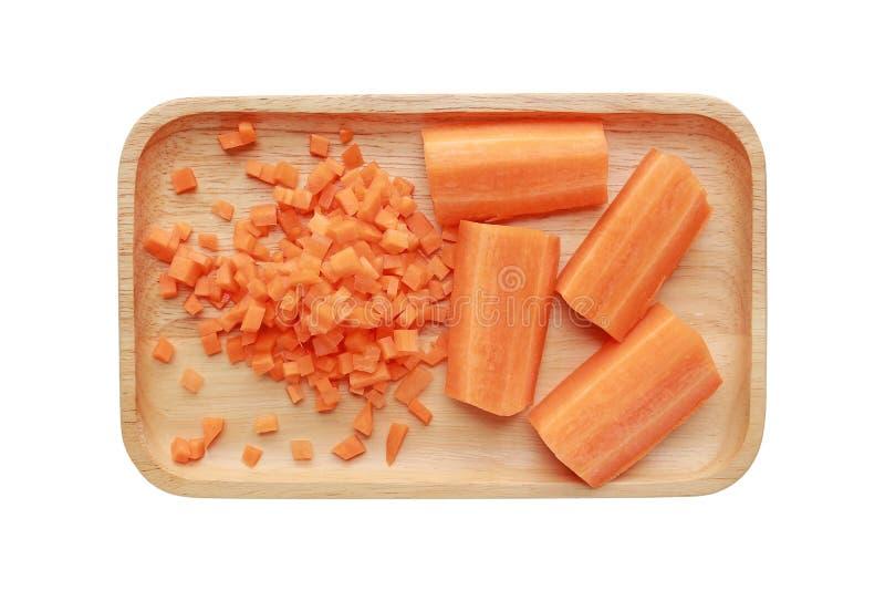 Zanahoria tajada y cortada en la bandeja de madera aislada en el fondo blanco fotografía de archivo libre de regalías