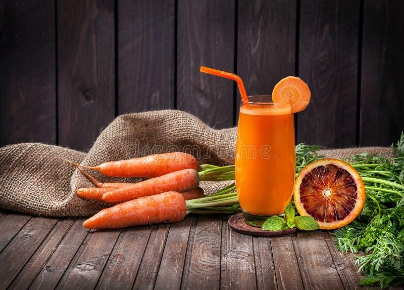 Zanahoria y zumo de naranja frescos fotos de archivo libres de regalías