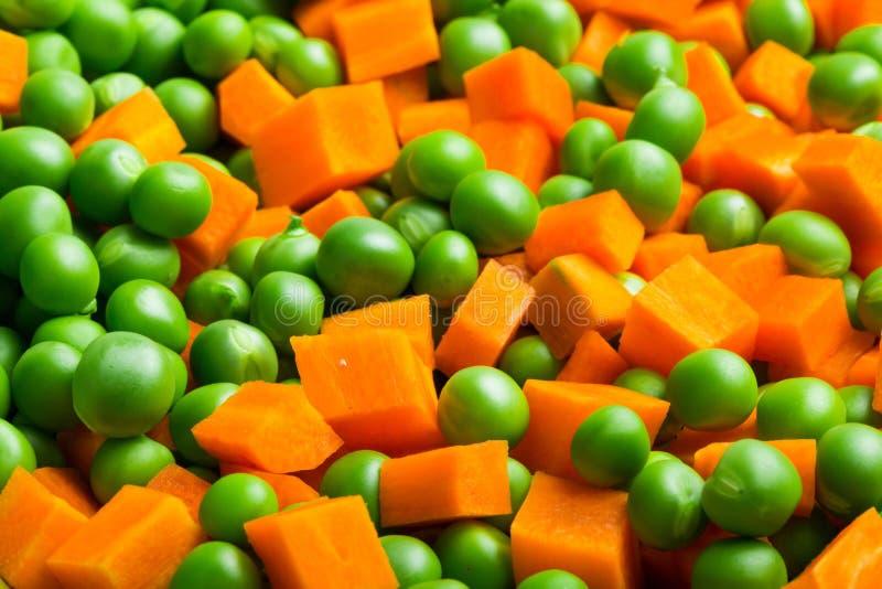 Zanahorias anaranjadas y guisantes verdes fotos de archivo libres de regalías