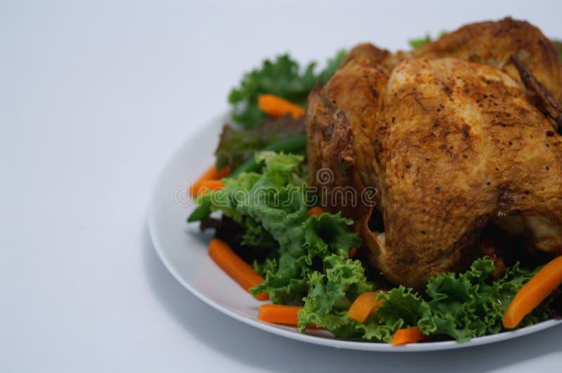 Zanahorias de la lechuga del pollo asado imagen de archivo libre de regalías