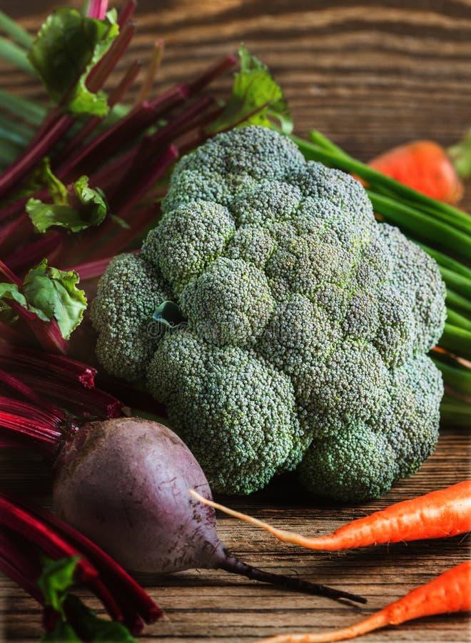 Zanahorias de las verduras frescas, remolachas, bróculi, cebolletas en de madera imagenes de archivo