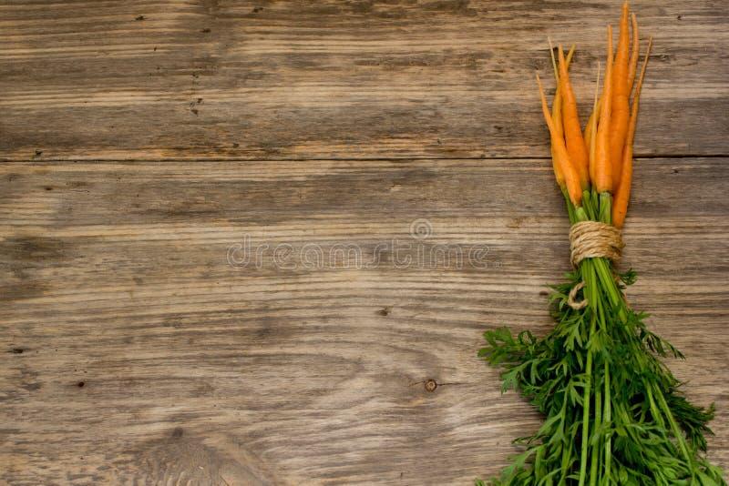 Zanahorias enteras recientemente lavadas imagenes de archivo