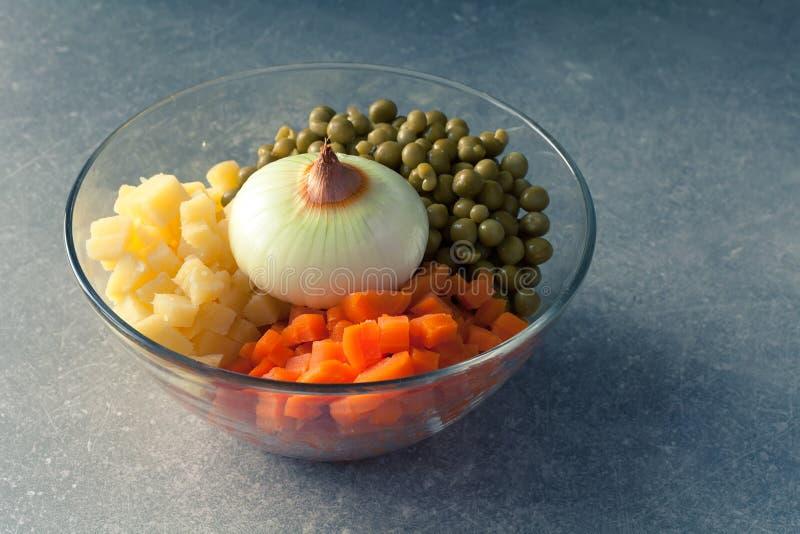 Zanahorias y guisantes de la patata con la cebolla fotografía de archivo