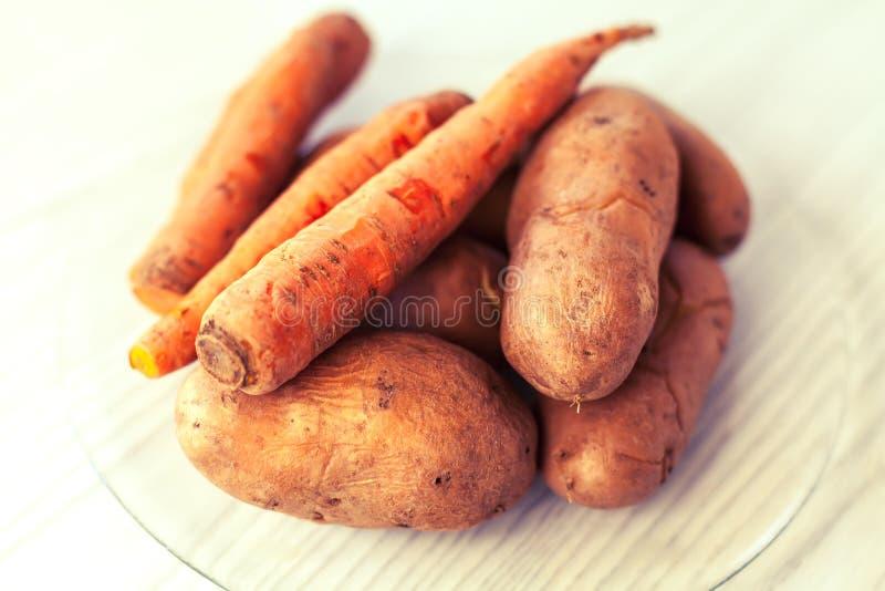Zanahorias y patatas hervidas foto de archivo