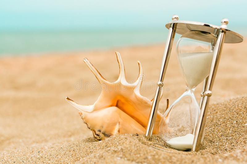 Zand die de bollen van een zandloper doornemen stock foto