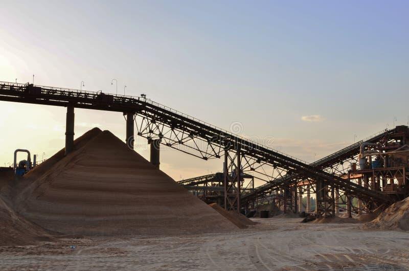 Zand die Installatie in mijnbouwsteengroeve maken royalty-vrije stock afbeelding