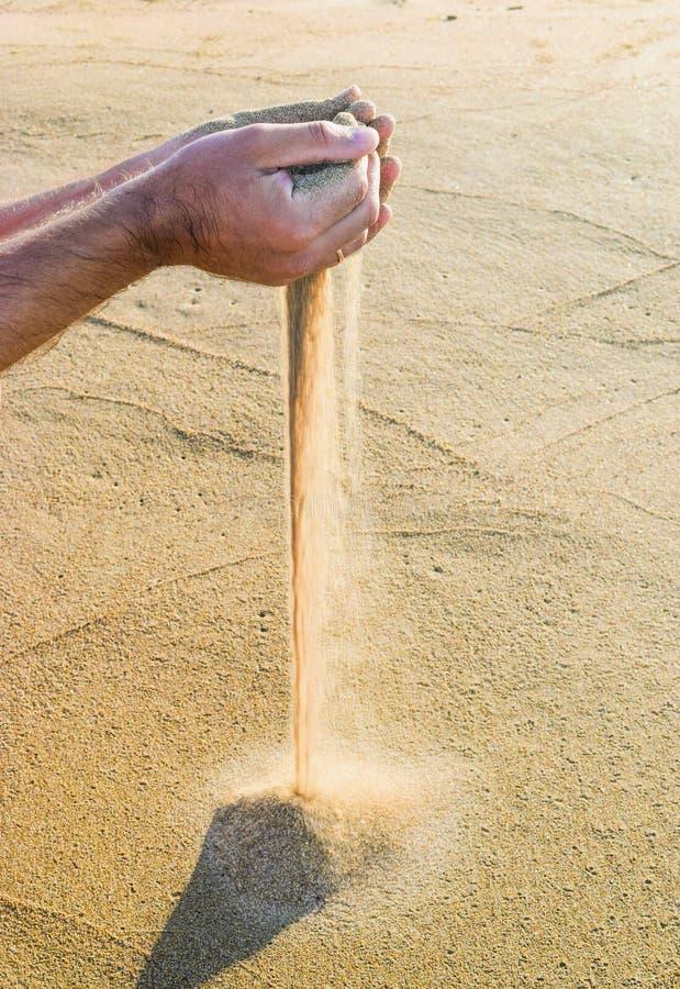 Zand door vingers royalty-vrije stock foto