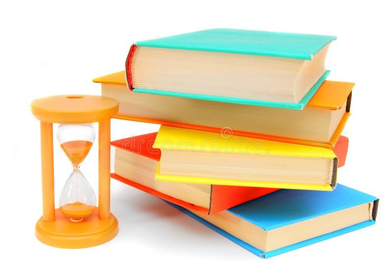 Zand-glas en sommige boeken. royalty-vrije stock afbeelding