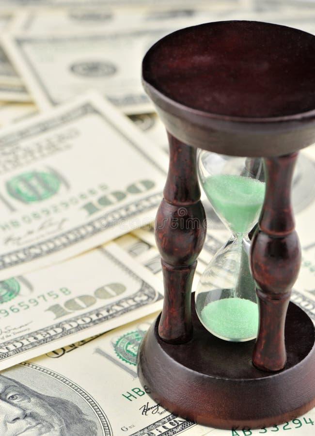 Zand-glas op dollars blauwe toon royalty-vrije stock foto's