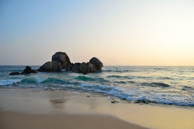 Zand, rots, hemel en Indische Oceaan royalty-vrije stock afbeelding