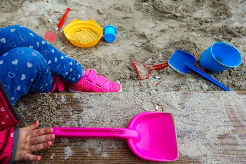 Zandbak achtergrondkinderenhand stock foto's