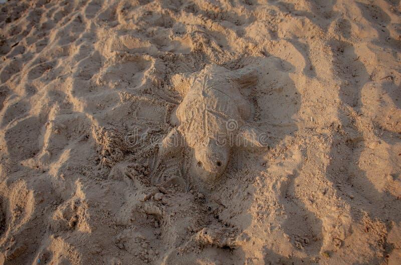 Zandbeeldhouwwerk van een zeeschildpad royalty-vrije stock foto's