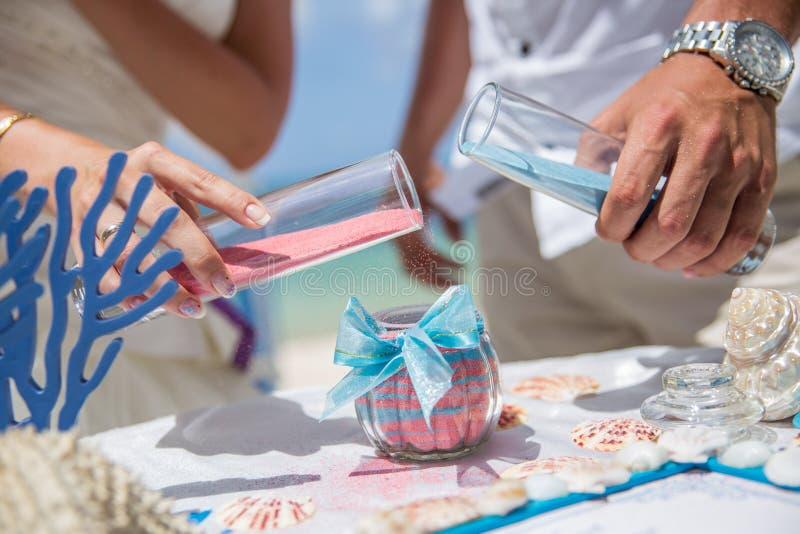 Zandceremonie tijdens de ceremonie van het strandhuwelijk stock foto