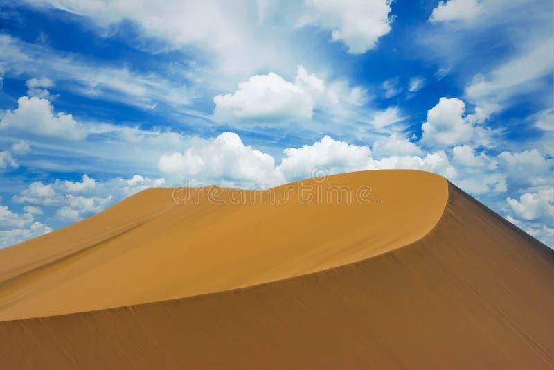 Zandduin met een grote blauwe hemel met wolken, Huacachina, Ica, Peru royalty-vrije stock afbeeldingen