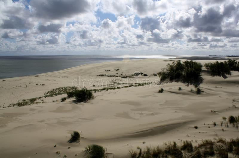 Zandduinen en mooie wolken, Curonian-spit, Rusland stock foto's