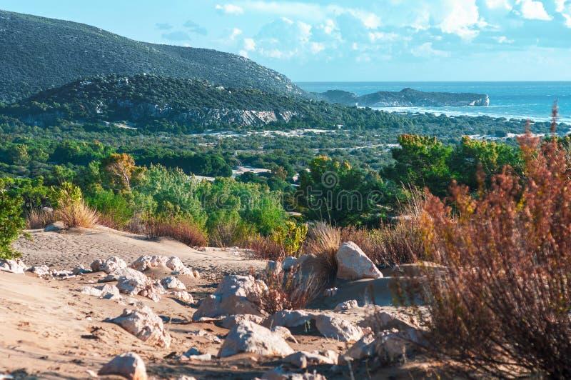 Zandduinen in Patara Kleurrijke weide bij kust met rotsen en berg royalty-vrije stock foto's
