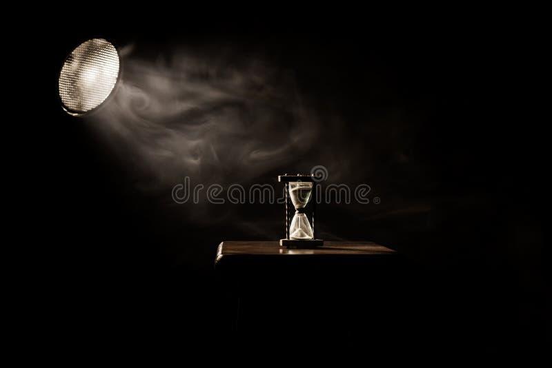 Zandglas, uurglas, miniem glas De tijd gaat voorbij Het overgaan, tijd uit, vloeit weg royalty-vrije stock fotografie
