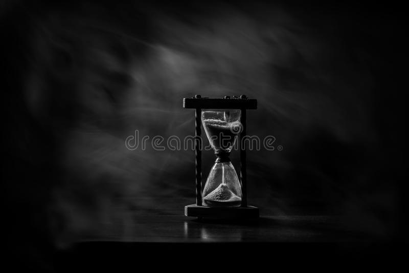 Zandglas, uurglas, miniem glas De tijd gaat voorbij Het overgaan, tijd uit, vloeit weg royalty-vrije stock afbeelding