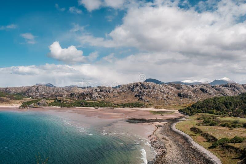 Zandig strand bij Gruinard-Baai op westkust van Schotland stock afbeeldingen