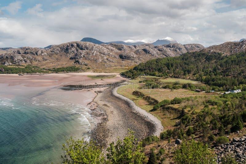 Zandig strand bij Gruinard-Baai op westkust van Schotland stock foto