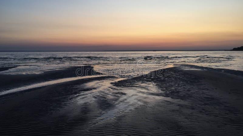 Zandig strand bij zonsondergang in Volga stock foto