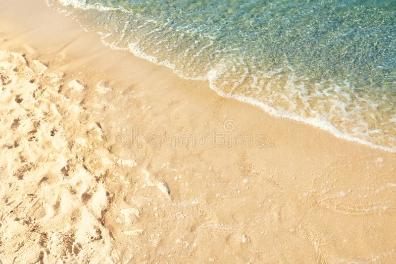 Zandig strand dichtbij overzees royalty-vrije stock foto
