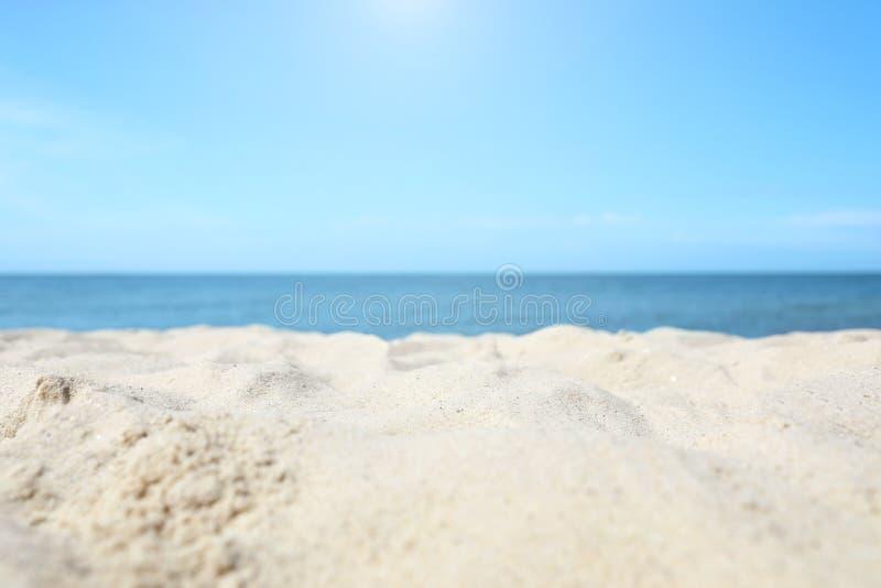 Zandig strand dichtbij overzees stock foto