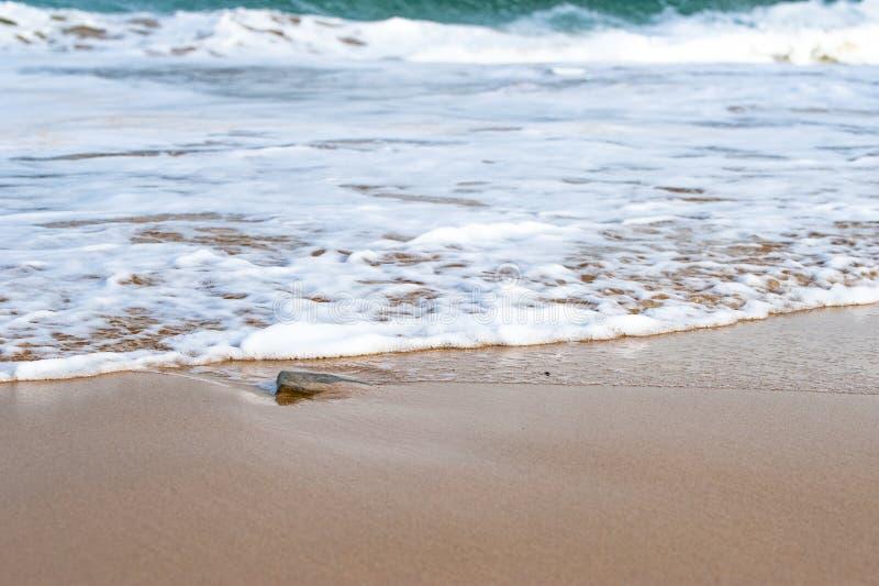 Zandig strand met het verpletteren van golven royalty-vrije stock fotografie