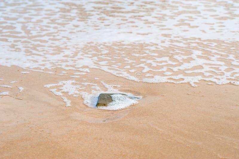 Zandig strand met het verpletteren van golven stock foto's